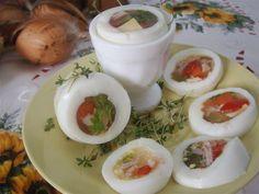Jajka gotujemy, studzimy i obieramy. Marchewkę, paprykę, ser żółty, szynkę, ogórka kiszonego Fresh Rolls, Ethnic Recipes, Food, Essen, Meals, Yemek, Eten