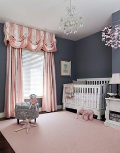 Particolare stanza per neonata con le pareti dipinte in grigio scuro, che fa da sfondo per colori più allegri come il rosa e il bianco - idee cameretta moderna