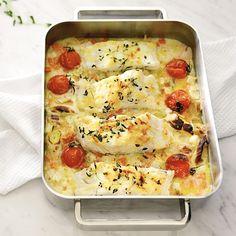 El bacalao con verduras al horno es una de las maneras más habituales de cocinar este pescado. Aquí vamos aderezarlo con una salsa de limón y además, añadiremos al final un poco de queso rallado para obtener un rico gratinado. Una receta fácil, sabrosa y muy resultona. Lasagna, Quiche, Cauliflower, Macaroni And Cheese, Panna Cotta, Dairy, Vegetables, Breakfast, Ethnic Recipes