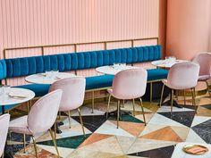 Projeto de Meir Guri, o espaço é perfeito para o feed do Instagram com comidinhas saborosas e muitas referências de decoração. Cafeteria, o badalado restaurante em Tel Aviv que brinca com tons as cores como ninguém. O Cafeteria conseguiu alcançar uma estética cool e jovial com os interiores nas tonalidades hit do momento: o millennial pink, o azul profundo e o verde floresta. (Foto: Yaniv Edry/Divulgação)
