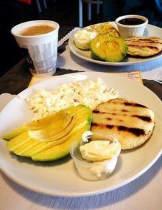 Desayuno criollo muy típico en Venezuela con Arepa , queso de mano, y aguacate