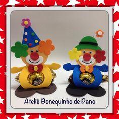 PORTA BOMBOM FEITO EM EVA, IDEAL PARA DAR DE LEMBRANCINHA OU ENFEITAR A MESA DE DOCES E CONVIDADOS. OBS.: O BOMBOM NÃO ESTÁ INCLUSO. Kids Crafts, Clown Crafts, Christmas Crafts For Kids, Christmas Projects, Holiday Crafts, Christmas Ornaments, Holiday Decor, Clown Party, Circus Party