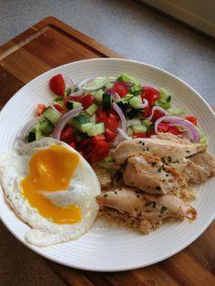 Kylling salat med et stekt egg