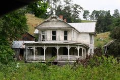 Beautiful old abandoned home  I love it!!!!
