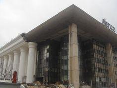 Het historiseren van een brutalistisch pand in Skopje. Van lelijk naar eng. Zou er over een halve eeuw bij een renovatie het verloren gewaande brutalisme tevoorschijn komen?