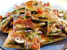 Deze heerlijke Flammkuchen met groene asperges, champignons, Coburgerham en Gruyère is zo gemaakt.