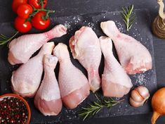 Find out how washing raw chicken can cause food poisoning and what could be done to stay safe Fish And Chicken, Raw Chicken, Fish And Meat, Frozen Chicken, Raw Food Recipes, Meat Recipes, Chicken Recipes, Food Photography Styling, Food Styling