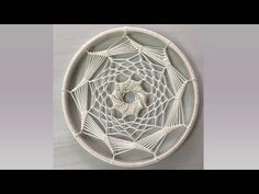 Atrapasueños Vórtice - Crop Circle - You Tube Dream Catcher Mandala, Dream Catcher Craft, Dream Catcher Boho, Macrame Wall Hanging Patterns, Boho Wall Hanging, Diy Fashion Hacks, Dream Catcher Tutorial, Dorset Buttons, Card Weaving