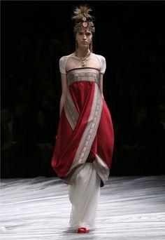 Co prawda to nie jest 1912 rok. Sukienka projektu Alexander McQueen, jesień-zima 2008/2009 oddaje klimat 1912 roku.