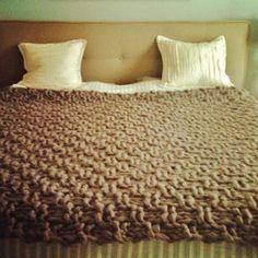 Manta tejida a mano con trenzas dos agujas pinterest - Alfombras hechas a mano con lana ...