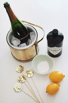 DIY // Gold Fringe Drink Toppers //french 75 New Year's Eve Crafts, Fun Drinks, Yummy Drinks, Mixed Drinks, Beverages, Christmas Cocktails, Gold Diy, New Year's Eve Toast, Party Entertainment