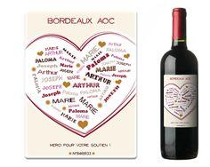 Sélectionnez votre bouteille parmi un Bordeaux AOC rond, un Montagne Saint-Emilion chaleureux ou encore un Saint-Estèphe subtil et créez votre étiquette avec 1 prénom, 2 prénoms, 3 prénoms ou plus ! Avec cette bouteille de vin pas de limite, que ce soit pour dire à une personne que vous l'aimez, pour mettre le prénom de 2 amoureux ou les prénoms de toute la famille, voilà la bouteille qu'il vous faut. Le ou les prénoms formeront un joli cœur. Il sera parfait pour toutes les occasions.