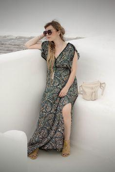 How wear a flower long dress #longdress #maxidress #blogger #look #outfit #dressingandtoppings #bohochic #folk #greek #summerlook #fashionblogger #santorini #style #fashion #summer #holiday #sea http://www.dressingandtoppings.com/2016/07/29/greek-mood-abito-lungo-floreale/