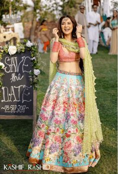 These latest lehenga designs that we spotted in 2018 Indian weddings have literally taken internet by the storm. Check out these bridal lehenga designs for some major inspiration! Pakistani Girl, Pakistani Outfits, Pakistani Actress, Indian Wedding Outfits, Indian Outfits, Moda Indiana, Mehendi Outfits, Bridal Lehenga, Floral Lehenga