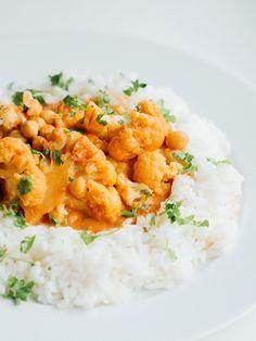 Blomkål tikka masala - Vegetarbloggen Garam Masala, Chana Masala, Naan, Risotto, Curry, Ethnic Recipes, Food, Cilantro, Red Peppers