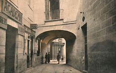 1928. Pasadizo de San Ginés  Vicente Espinel en su novela Relaciones de la vida del escudero Marcos de Obregón cuenta que, debajo del arco, tenía instalado un túmulo funerario la iglesia de San Ginés que era utilizado para la celebración de exequias y aniversarios.