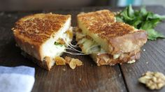 Grilled cheese with gorgonzola, dried figs, walnuts and parsley Dried Figs, Quesadilla, Blue Cheese, Cooking Time, Wine Recipes, Grilling, Sandwiches, Toast, Pork