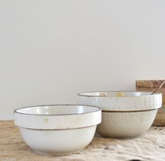Vintage Cream Stoneware Crocks - I use my crocks all the time. They may be antiques but why let them sit on the shelf and gather dust? Old Pottery, Pottery Bowls, Vintage Pottery, Ceramic Pottery, Vintage Ceramic, Vintage Bowls, Vintage Dishes, Vintage Kitchen, Vintage Farmhouse