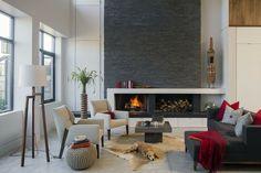 wohnzimmer grau graue akzentwand kamin fellteppich weiße wände