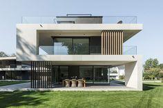 Villa in Bäch - Moderne häuser - Fachadas Facade Design, Exterior Design, Modern Exterior House Designs, Modern Architecture House, Architecture Design, Modern Villa Design, Home Building Design, Dream House Exterior, Facade House