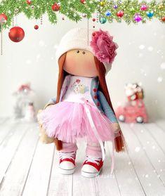 Продолжаю хвалиться своими рыжульками 🔥 ⠀ В этот раз волосики у нас прямые Куколка попалась своенравная, капризная, непостоянная...😁😆 И волосы ей слишком длинные и ленточки 🎀 то розовые хочет, то золотые... И все равно уехала обиженная, что не до конца ее нарядила😘 - я принцесса, - говорит - а корону не одели😭🤔👑 ⠀ Придётся отправлять 🚖гонца с короной 👑 #кукла #куклымосква #купитькуклу #куклы #куклыназаказ #портретнаякукла #куклаизткани #текстильнаякукла #авторскаякукла #авторскаяра👸🏽 Red Dolls, Harajuku, Style, Fashion, Swag, Moda, Fashion Styles, Fashion Illustrations, Outfits