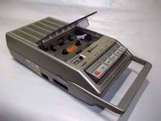 """Este gravador de fita cassete """"portátil"""" era chique."""