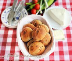 Onion and olives buns. Romanian Food, Romanian Recipes, Bread Baking, Allrecipes, Cornbread, Onion, Biscuits, Rolls, Cooking Recipes