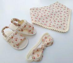Compre Conjunto sandalia bege floral no Elo7 por R$ 66,00 | Encontre mais produtos de Sapatinhos de Bebê e Bebê parcelando em até 12 vezes | Conjunto confeccionado do RN ao 18 100% algodão.  Faixa com laço de tecido.  Babador com ponta pompom    RN 9 cm  16 10 cm  17 11cm  18 12 cm, B470B3 Cute Baby Shoes, Baby Girl Shoes, Baby Sandals, Baby Booties, African American Baby Dolls, Mermaid Tails For Kids, Baby Dress Design, Baby Sewing Projects, Baby Kids Clothes