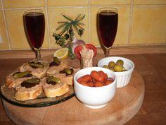 Apéros - kir maison (kir sureau), saucisses cocktail avec salsa, foie gras avec chutney de figues maison et cornichons, olives pimenté