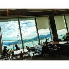 サンライズ糸山の施設内にあるレストラン。開放感に溢れ全席オーシャンビュー。世界初三連つり橋の迫力ある景色をご堪能下さい。ソファもこだわり、「カリモク60」のものだそうです。