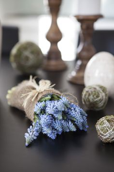 Muscari eller perleblomst, gir vårstmning i huset Lilac, Girly, Table Decorations, Spring, Home Decor, Blue Flowers, Good Ideas, Flowers, Women's