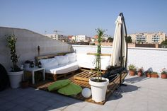 Siempre he querido vivir en un piso con jardín o un ático con terraza.... y he hecho realidad las dos cosas... Hace tres años buscaba un piso..... y viendo uno