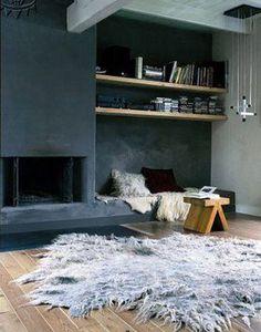 L'intensité du gris ardoise sur un mur du salon intégrant la cheminée moderne compensé par la douceur du gris perle pour les autres murs et la l'aspect chaleureux du chêne clair utilisé sur le sol et les étagères de la bibliothèque.