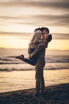 I would love an engagement picture by the beach like this <3