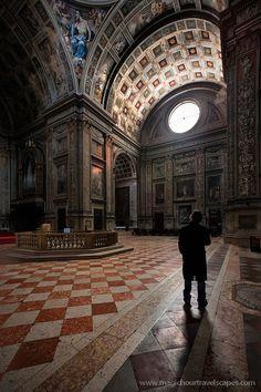 Mantova.  La basilica di Sant'Andrea è la più grande chiesa di Mantova. Opera fondamentale di Leon Battista Alberti nello sviluppo dell'architettura rinascimentale, venne completata molti anni dopo la morte dell'architetto, con modalità non sempre conformi ai progetti originali.
