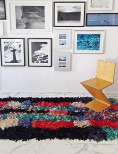 Bellissimo tappeto Boucherouite vintage tessuto a mano dalle popolazioni berbere dell' Alto Atlante in Marocco, utilizzando materiale di recupero in cotone e fibre sintetiche accuratamente selezionate. Con la sua meravigliosa esplosione di colori, apporta un tocco di allegria e luminosità in ogni tipo di arredamento e in particolare in quelli dallo stile pulito e minimalista #rug #berbercarpets #moroccandecor #boucherouite #HomeDecor #vintage #tribalrugs #globalstyle #etnico