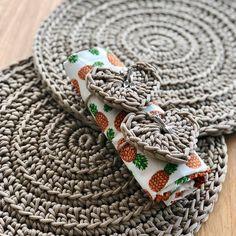Crochet ideas that you'll love Crochet Video, Crochet Diy, Crochet Home, Love Crochet, Crochet Stitch, Crochet Placemats, Crochet Doilies, Crochet Carpet, Crochet Kitchen