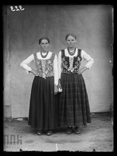 Dziewczęta z Bukowiny-Podszkla Folk Costume, Costumes, Arte Popular, World Cultures, Traditional Outfits, 19th Century, Photos, Clothes, Fotografia