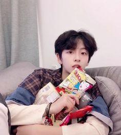 If you love me, I will let you eat every day. Cute Asian Guys, Cute Korean Boys, Asian Boys, South Korean Girls, Korean Boys Ulzzang, Ulzzang Boy, Pretty Boys, Cute Boys, Korean Boy Hairstyle