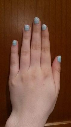 Manucure - Vernis vert pâle avec des détails blancs