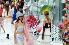 Pin for Later: Die wichtigsten Momente der Haute Couture Fashion Week in Paris Karl Lagerfeld verwandelte den Laufsteg in einen Garten aus Origami-Blumen
