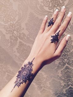Simple and classy black – Henna Modern Henna Designs, Henna Art Designs, Beautiful Henna Designs, Mehndi Designs For Hands, Simple Henna Tattoo, Henna Tattoo Hand, Henna Body Art, Mehandi Henna, Mehendi