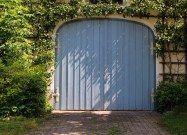 Billedresultat for gamle huse med garage i Italien Ideal Garage Doors, Garage Door Colors, Wood Garage Doors, Barn Doors, Garage Signs, Garage Door Maintenance, Garage Door Repair, Garage Door Manufacturers, Commercial Garage Doors