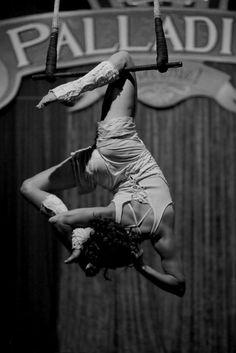 Single knee hang on trapeze Aerial Acrobatics, Aerial Dance, Aerial Hoop, Aerial Arts, Aerial Silks, Aerial Gymnastics, Rhythmic Gymnastics, Pole Dance, Circus Aesthetic