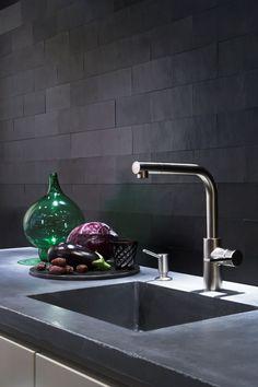 42 Extraordinary Black Backsplash Kitchen Design Ideas That You Should Try Kitchen Wall Tiles, Kitchen Backsplash, Kitchen Decor, Small Cottage Kitchen, Farmhouse Style Kitchen, Black Backsplash, Black Tiles, Cuisines Design, Black Kitchens