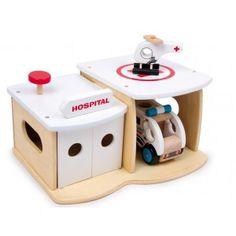 Houten #Ziekenhuis met een Houten #helikopter een Houten #Ambulance.