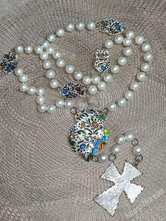 Conheça as peças de Isaura Marques e inspire-se com a sua arte... Este mês de Maio ofereça um terço....  Peça-nos mais informações ou visite as suas páginas para conhecer mais do seu trabalho ... Facebook: www.facebook.com/isaura.s.marques Instagram: www.instagram.com/isaura.s.marques/ Pearl Necklace, Pearls, Facebook, Instagram, Jewelry, Diy Arts And Crafts, May, Artists, Jewlery