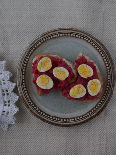 Baked beetroot with fennel served on bread with quail eggs