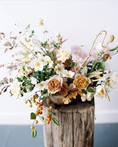 Learn my approach to designing centerpieces and bouquets using local harvested fruiting branches in a special Autumn intensive class. Take home your arrangments, vessels, and clippers provided along with gorgeous imagery of your work. Class is held this October, see link in my profile for all the details and to register. Photo @jacquelyn_hayward