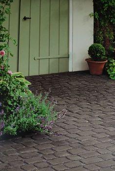 13 Elegant and Awe-Inspiring Driveway Paving Ideas - Grip of Art Cobbled Driveway, Brick Driveway, Hard Landscaping Ideas, Paving Ideas, Decking Ideas, Porte Cochere, Backyard Patio, Backyard Landscaping, Patio Roof